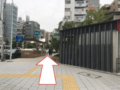 交差点を渡ると右手に交番があるので、その道を90m直進。