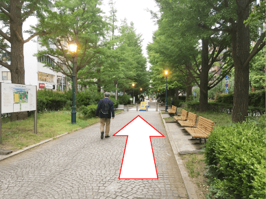 都営新宿線「浜町駅」のA2番出口を出て、右折し、100m直進。